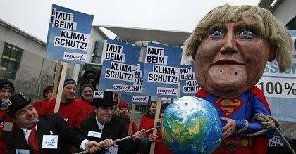 Protestaktion des WWF vor dem Kanzleramt: Hat Merkel den Mut verloren?