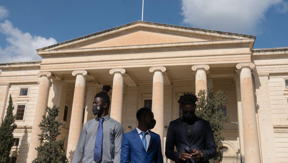 Beschuldigte Kader, Lamin, Abdalla vor Gerichtsgebäude in Valletta: »Ist das Europa?«
