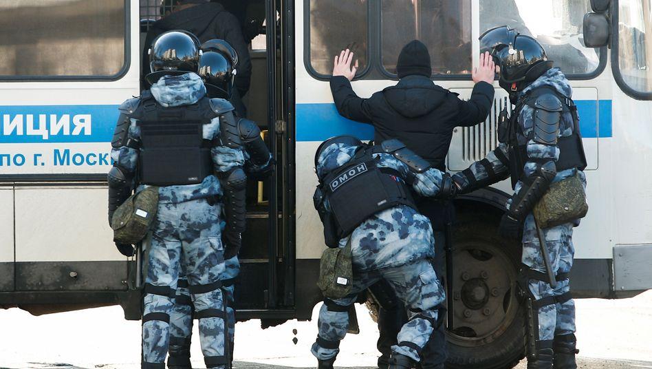 Russische Polizisten nehmen einen Unterstützer Alexej Nawalnys in der Nähe des Gerichtsgebäudes in Moskau