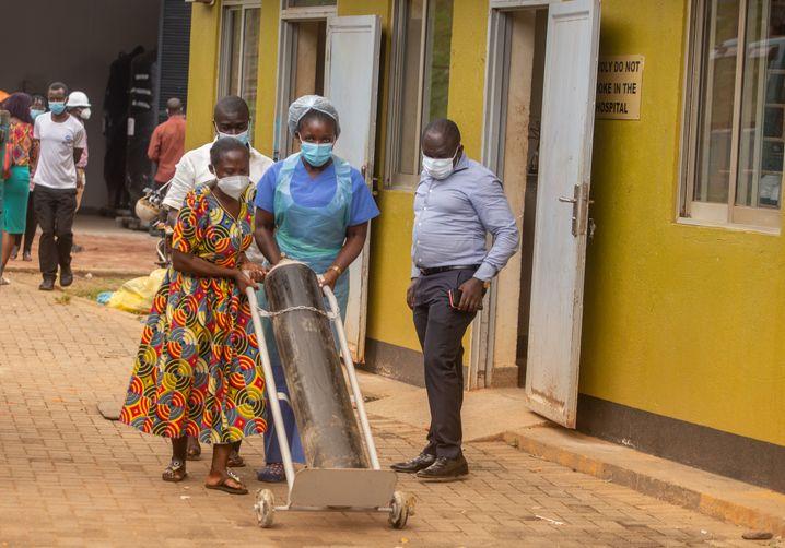 Die Mitarbeiter der Krankenhäuser mussten in der Stadt herumfahren, um Sauerstoffzylinder aufzutreiben