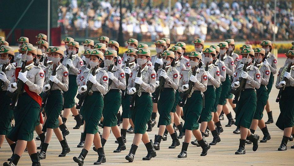 Militärparade in der Hauptstadt Naypyidaw im März: Schießen mit deutscher Technik