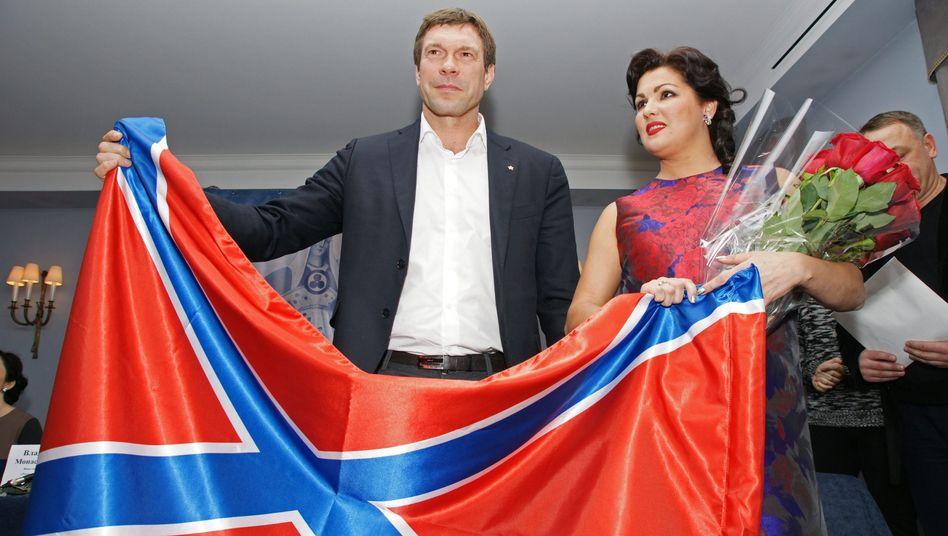 """Anna Netrebko mit Oleg Zarjow und der """"Neurussland""""-Flagge"""