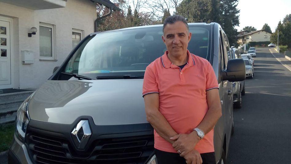 Taxiunternehmer Hsain Fettat nutzt eines seiner Autos, um älteren Menschen die Einkäufe kostenlos zu liefern