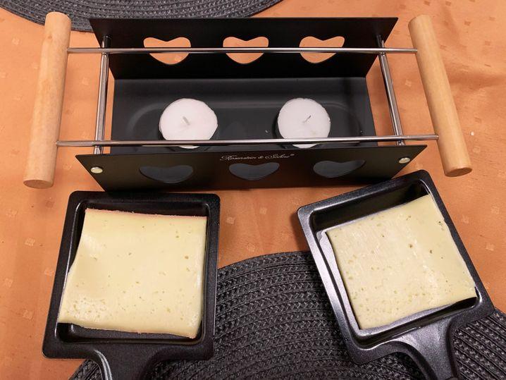 Teelichter mit Herzchen: Auch so kann ein Raclette-Grill aussehen