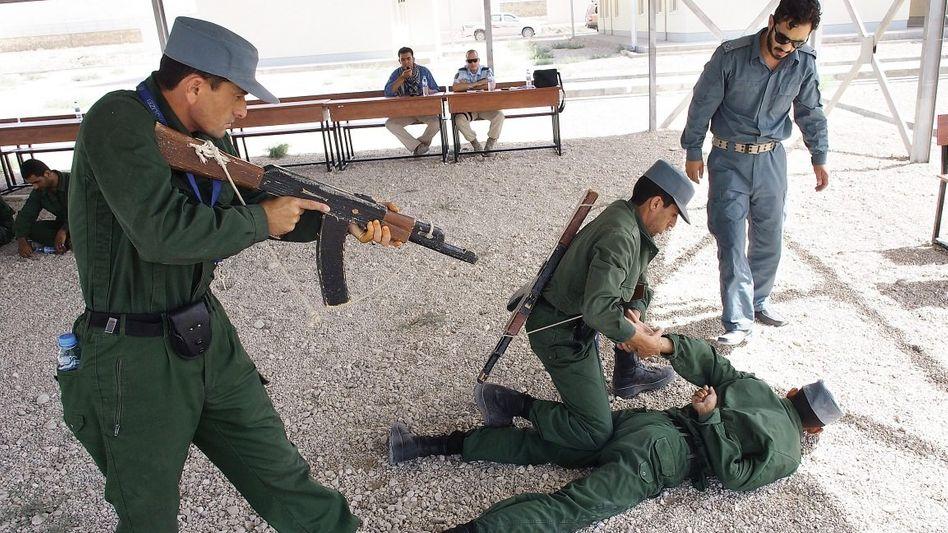 Afghanischer Polizeiausbilder Tarek (r.)(*) »Laut schreiend die Umgebung warnen«