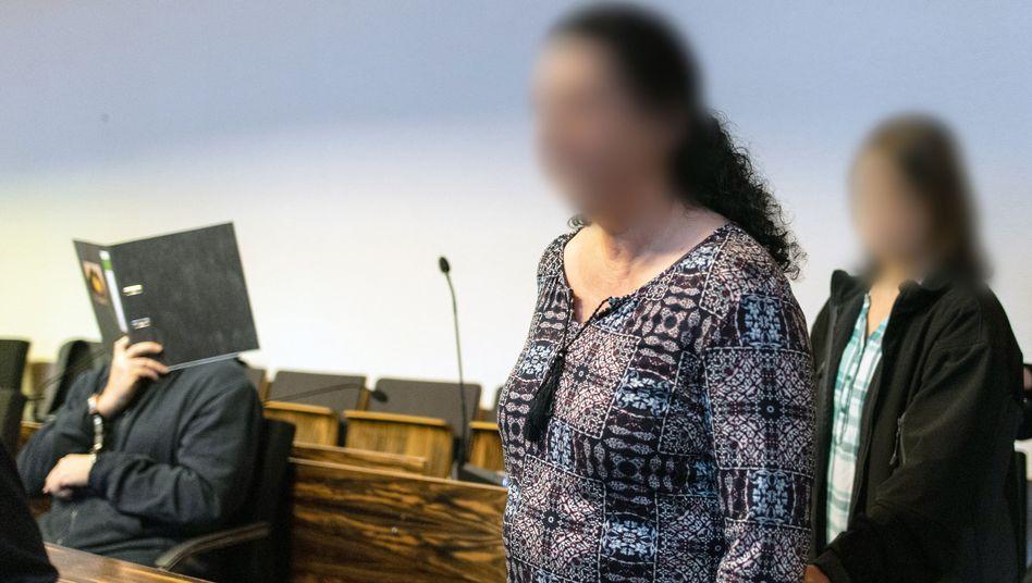 """Mutter Monika B. (Mitte), Tochter Maria (r.) und der Angeklagte Bernhard H.: Mutter wusste, """"er hat sie"""""""