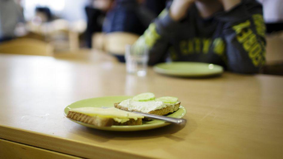 Schultafel an einer Grundschule in Berlin (im Jahr 2018): Ausgefallene Mittagessen sind für arme Familien eine spürbare Belastung