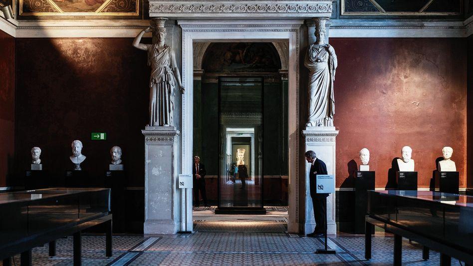 Räume des Neuen Museums auf der Berliner Museumsinsel, hinten die Büste der Nofretete:Warnschuss der Schatzhüter