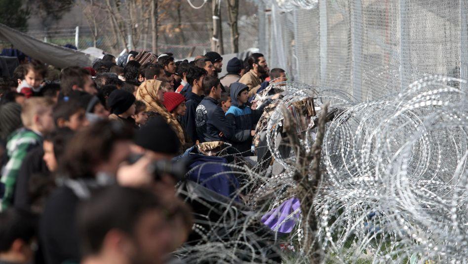 Flüchtlinge am Grenzzaun von Idomeni, Griechenland