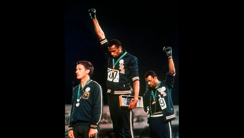 Tommie Smith und John Carlos bei den Spielen 1968 mit der Black-Power-Faust, dem Symbol der amerikanischen Bürgerrechtsbewegung