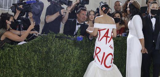 Alexandria Ocasio-Cortez bei Met Gala: AOC verteidigt ihr Kleid mit politischer Botschaft