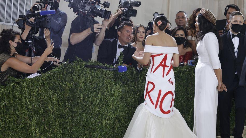 Politikerin Ocasio-Cortez und Designerin James bei der Met Gala