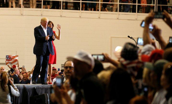 US-Präsident Trump mit Frau Melania in Melbourne, Florida am 18.2.2017