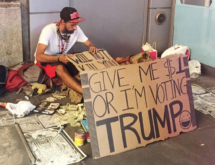 """Bettler in New York (im Juni 2016): """"Gib mir einen Dollar oder ich stimme für Trump"""""""