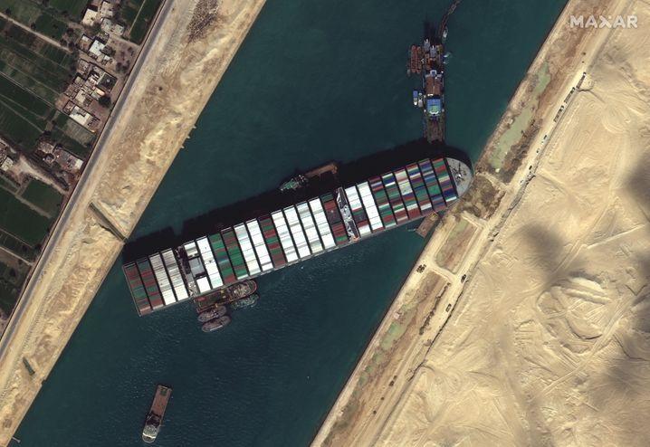 Hochaufgelöste Aufnahme des im Suezkanal gestrandeten Frachters »Ever Given« durch einen Satelliten des privaten Betreibers Maxar