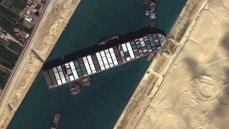 Die »Ever Given« steckt noch immer im Suezkanal fest