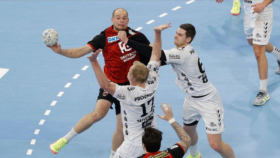 Diese drei sehen sich beim DHB-Team: Die Kieler Hendrik Pekeler (r.) und Patrick Wiencek im Block gegen Berlins Paul Drux
