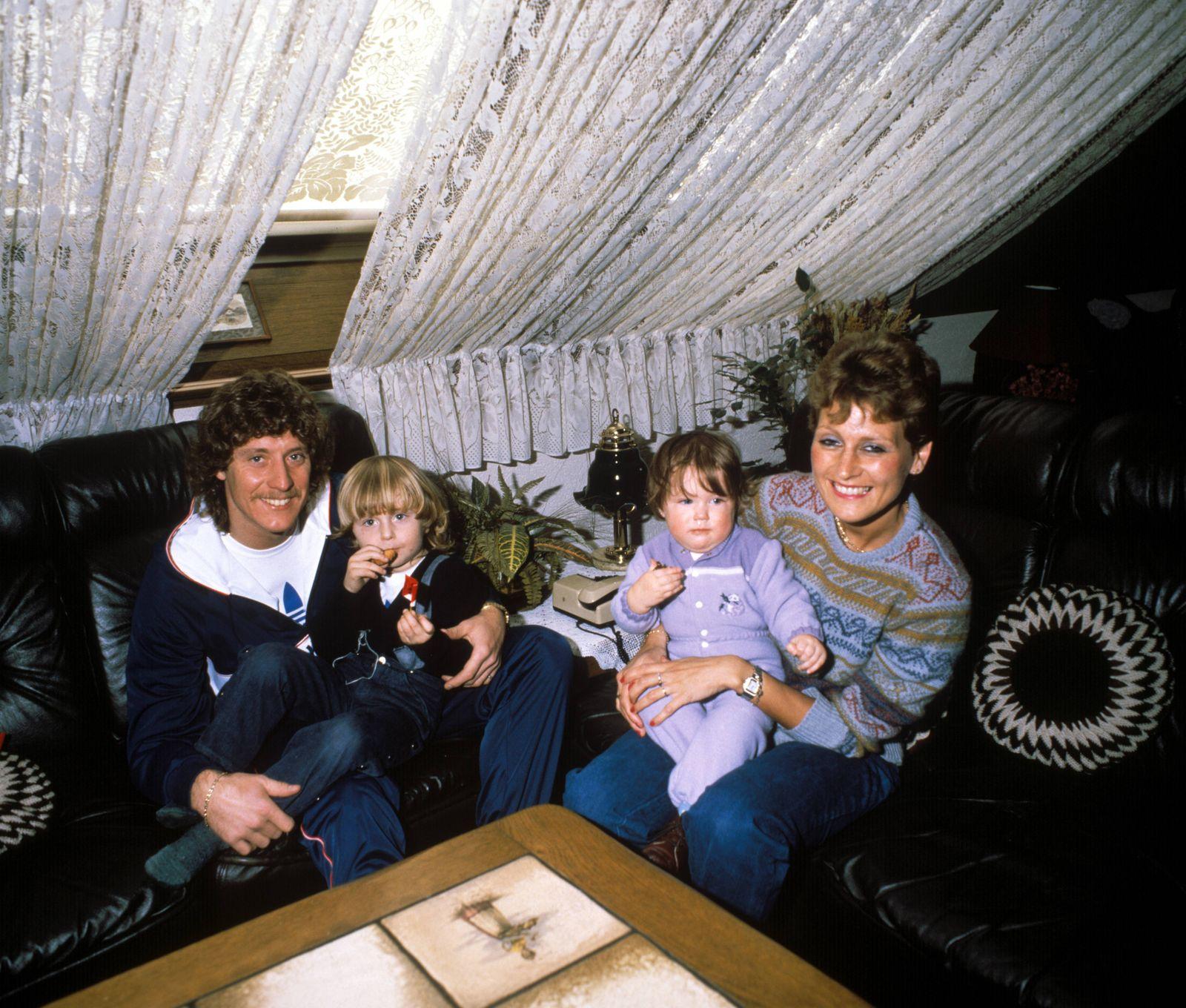 Harald Toni Schumacher BR Deutschland mit seiner Frau Marlies und den Kindern Oliver li und V