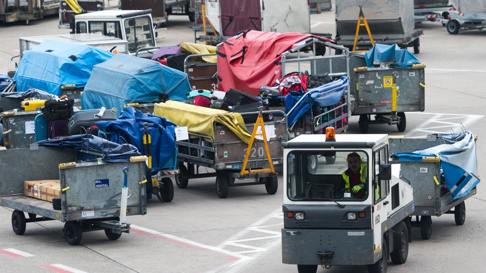 Gepäcktransportwagen am Flughafen Tegel