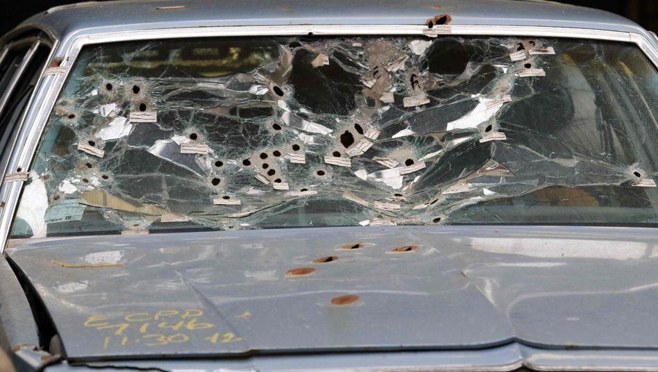 Windschutzscheibe nach einer Verfolgungsjagd: Polizist sprang auf die Motorhaube und schoss