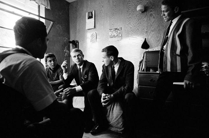 »King of Cool«: Steve McQueen (M.) besuchte 1963 die »Boys Republic«, zwei Jahrzehnte nach seinem Aufenthalt dort