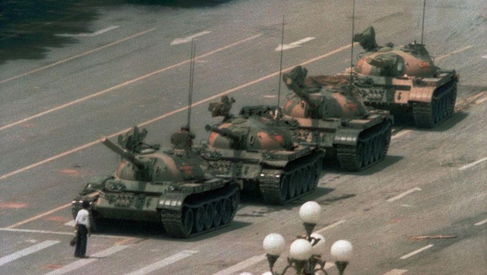 Ein Mann stellt sich 1989 den Panzern Pekings entgegen