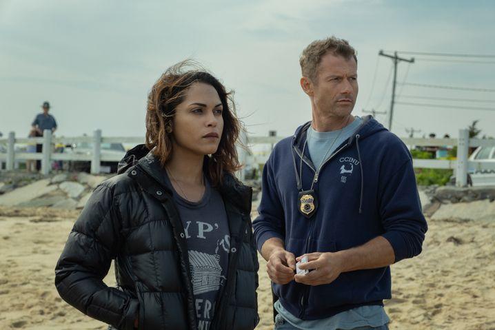 """Jackie Quinones (Monica Raymund) und Ray Abruzzo (James Badge Dale) ermitteln wegen Mordes in """"Hightown"""""""