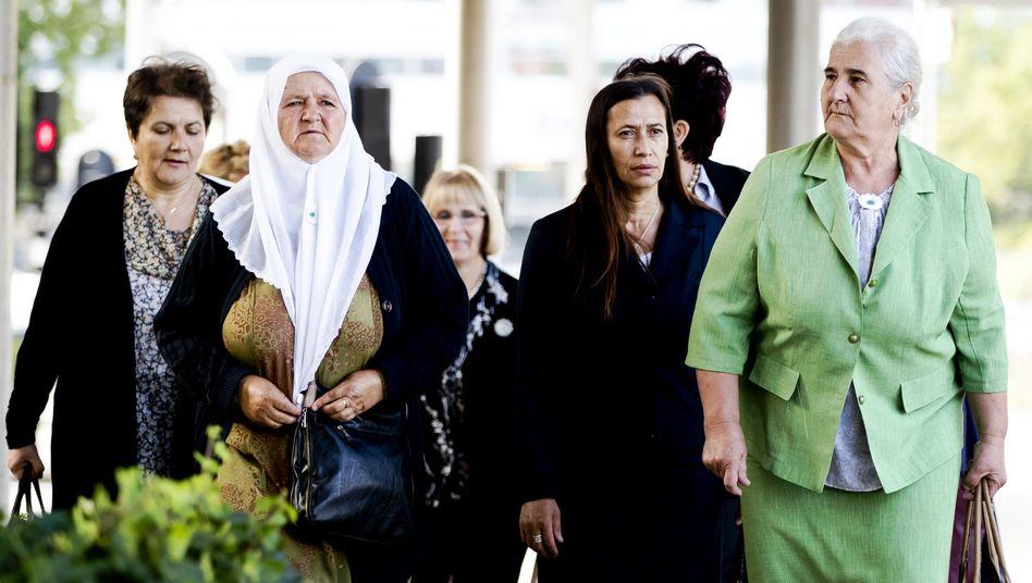 Angehörige von Opfern vor dem Gericht in Den Haag