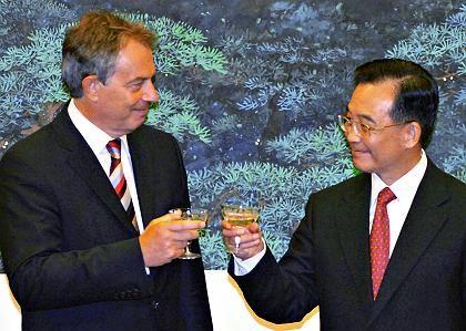 Briten-Premier Blair (l.), Chinas Ministerpräsident Jiabao: Geschäfte für 2,4 Milliarden Dollar