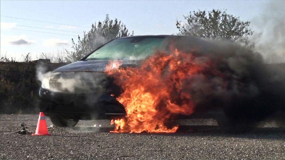 B-Klasse in Flammen: Feuerwehr fordert Warnhinweise für R1234yf