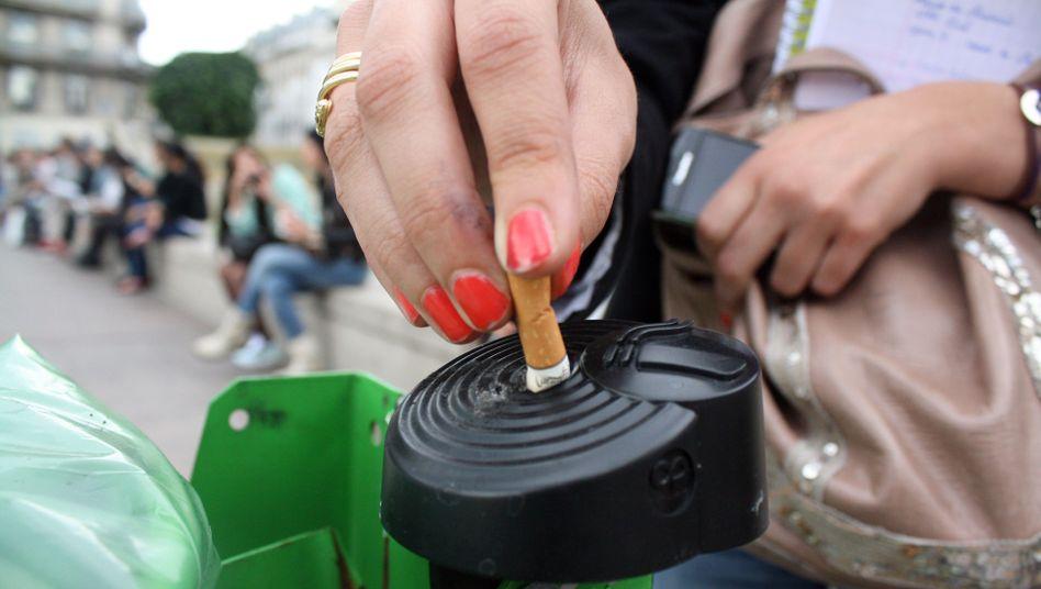 Öffentlicher Aschenbecher in Paris