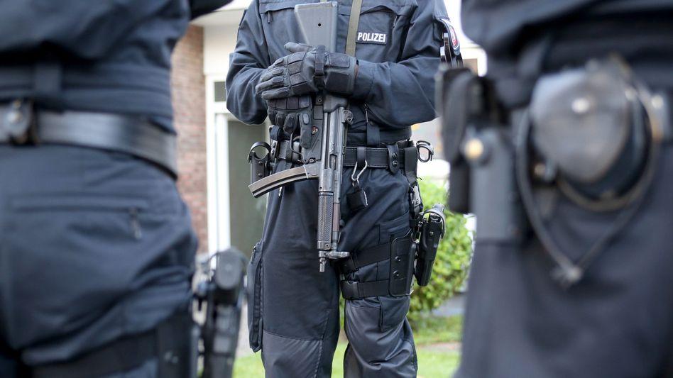 Polizisten vor der Wohnung eines Hells-Angels-Mitglieds in Erkrath