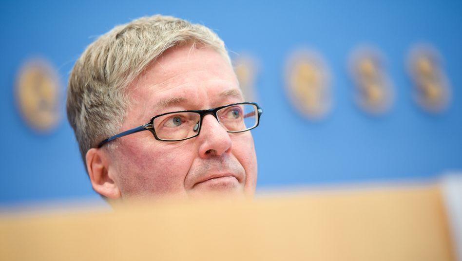 Wehrbeauftragter Hans-Peter Bartels (SPD): Die Union würde ihn behalten - die SPD ist sich unsicher