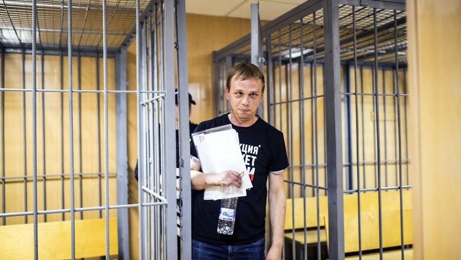 Iwan Golunow verlässt den Gerichtssaal