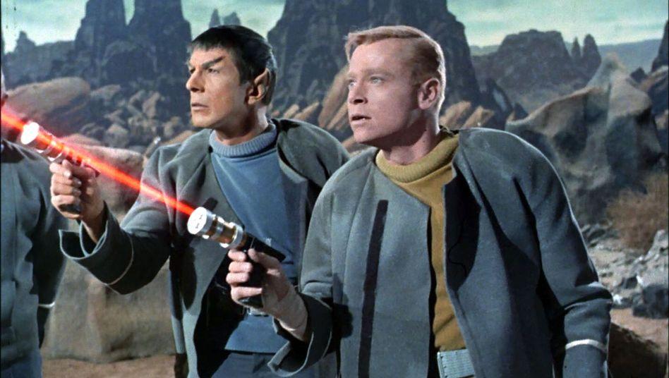 """Leonard Nimoy als Mr. Spock und Peter Duryea als Leutnant José Tyler in einer Episode von """"Star Trek"""""""