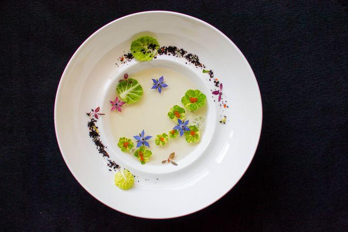 """""""Monets Garten"""": Tellerkreation von Aaron Tan mit Blüten und Rosenkohl"""
