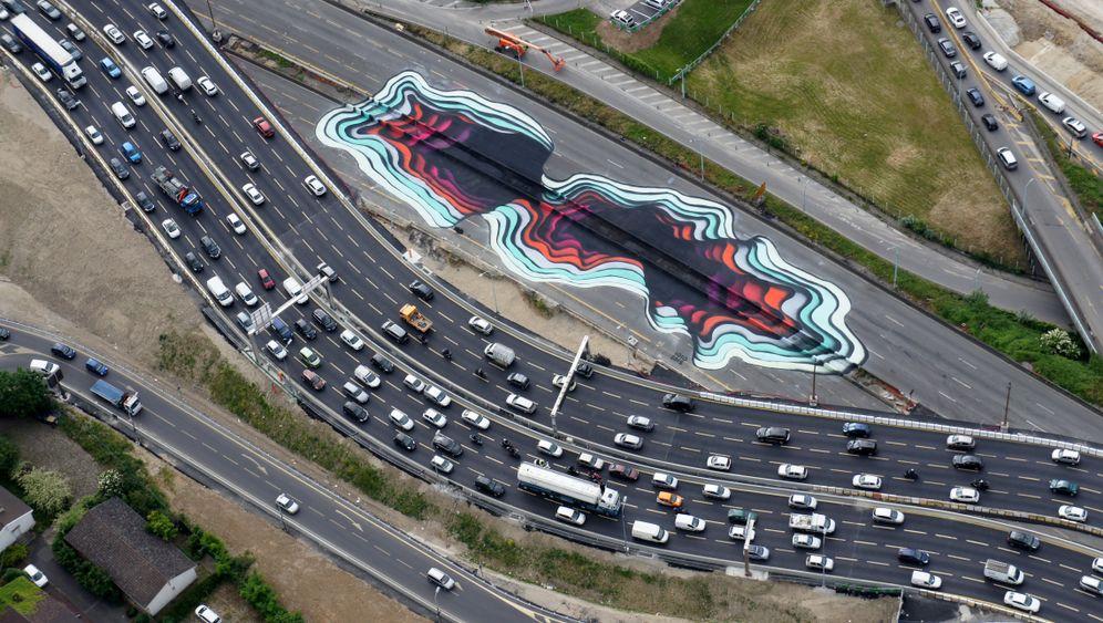 Gigantisches Loch auf Pariser Autobahn: Wohin führt das nur?
