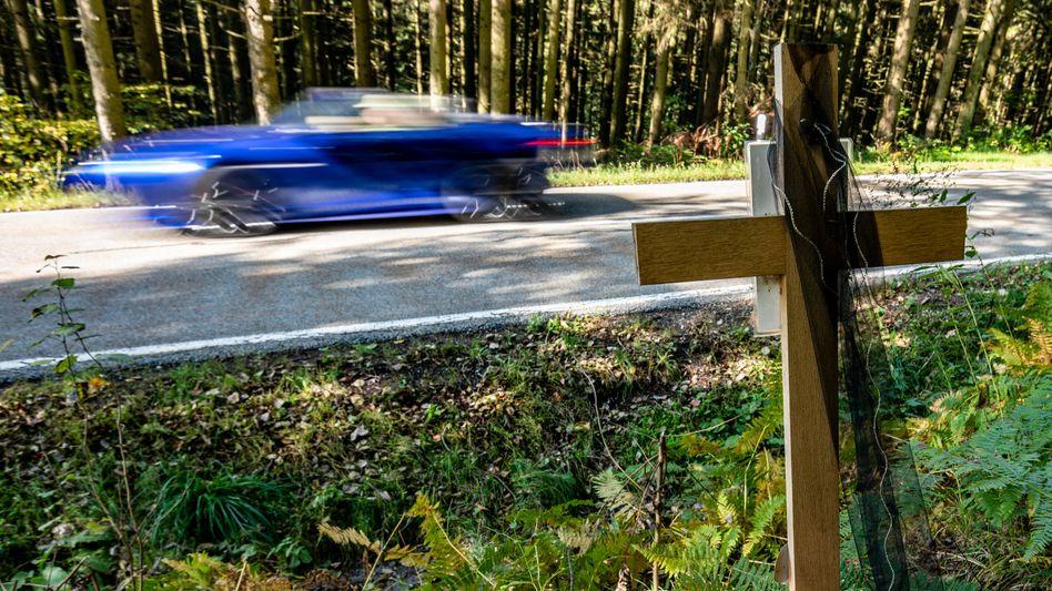 Holzkreuz an einer Unfallstelle in Bayern, an der nach einem illegalen Rennen ein Autofahrer verstarb