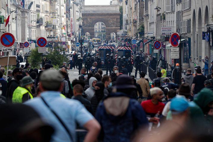 Am vergangenen Samstag demonstrierten in Paris Tausende gegen die Coronaregeln