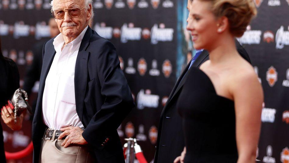"""Stan Lee 2012 bei der """"Avengers""""-Premiere in L.A., mit Schauspielerin Scarlett Johansson"""