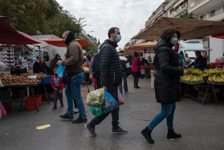 Ein Markt in Thessaloniki: Nur bei manchen sitzen die Masken richtig