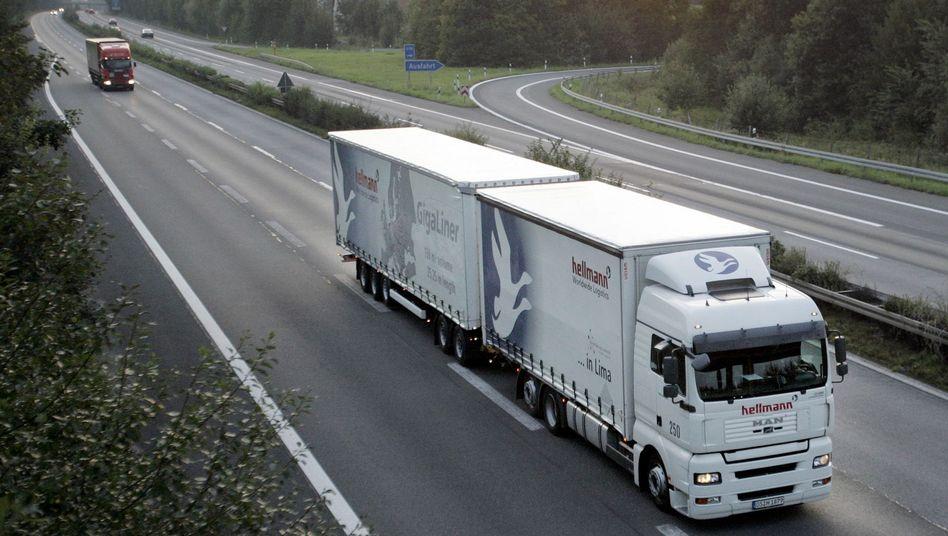 Lang-Lkw: Ein sogenannter Gigaliner fährt auf der Autobahn A30