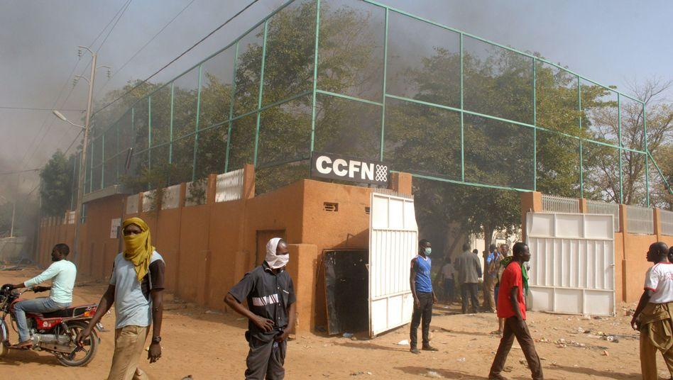 Rauch über dem französisch-nigrischen Kulturzentrum in Zinder: Vier Tote nach Protesten