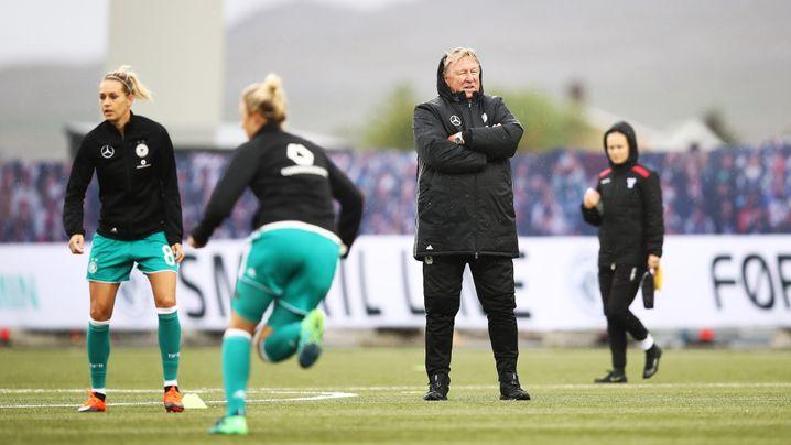 Horst Hrubesch mit seinen Spielerinnen