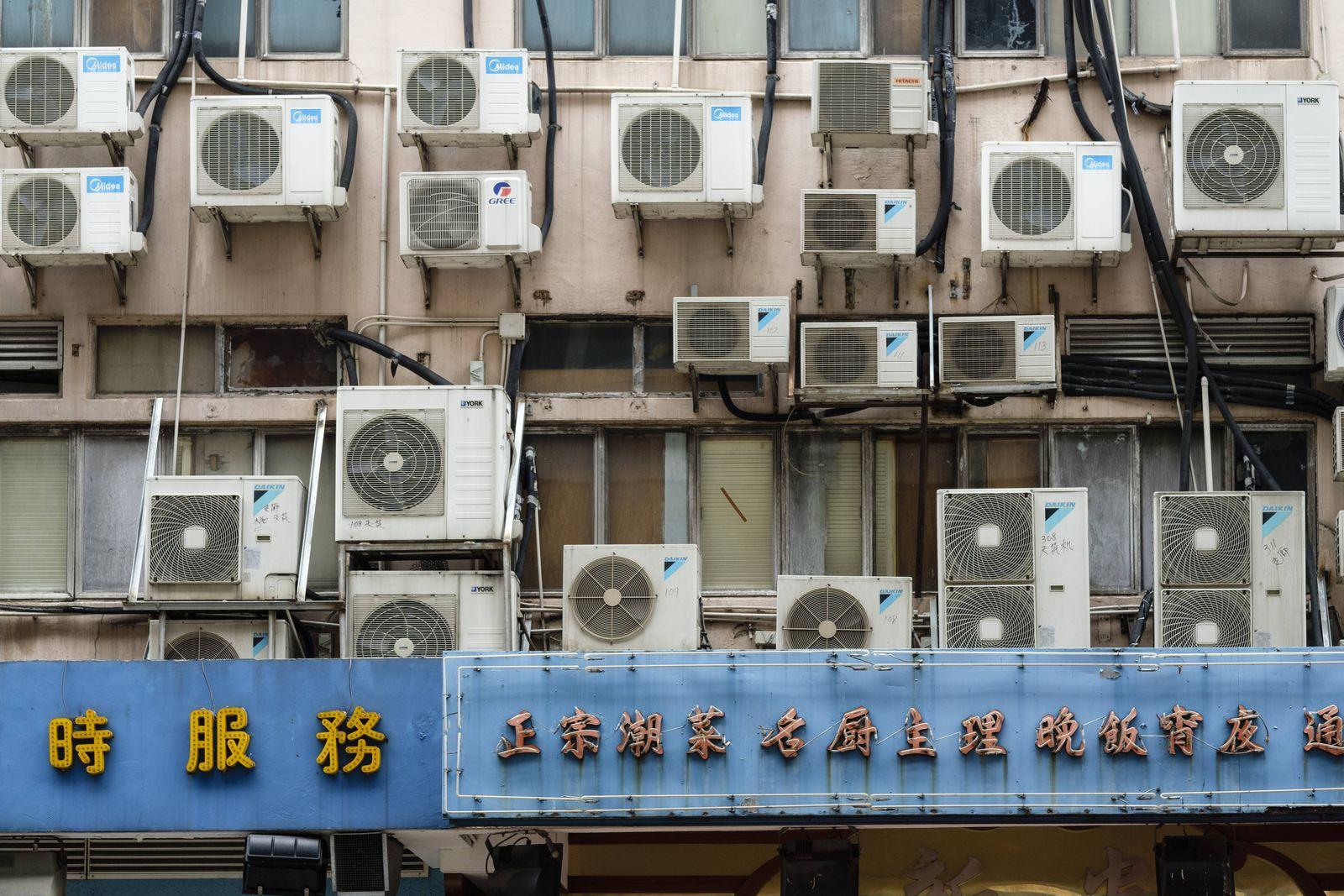 Klimaanlagen an einem Geb?ude an der Lockharz Road Hongkong China Dezember 2018 *** Air conditi