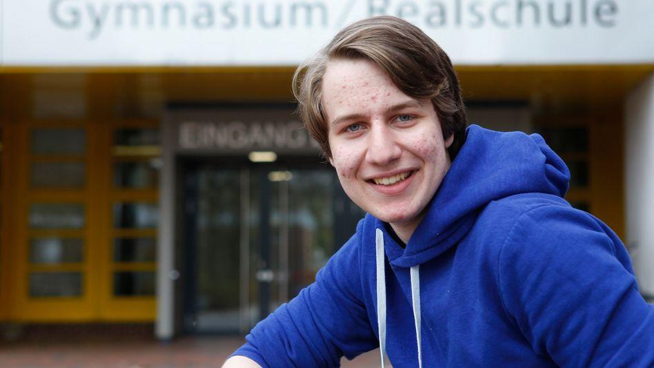 Simon Schräder vor seiner Schule: Erste Abiturklausur am 21. April in Mathematik