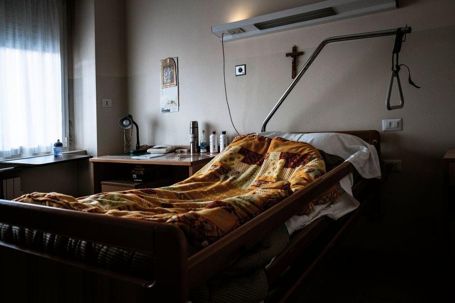 Das leere Krankenbett von Pater Bepi Simoni. Als er erkrankte, dachten alle, es sei eine normale Grippe. Ende März 2020 starb Simoni dann an Corona