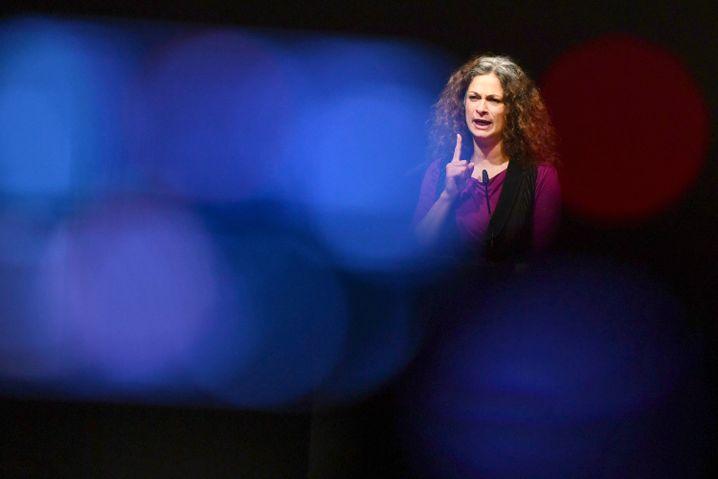 May Skaf auf der Bühne des Gorki-Theaters