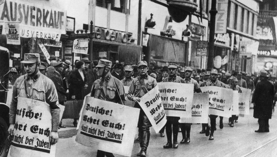 Mitglieder der SA bei einem Hetzmarsch durch die Straßen von Berlin gegen die jüdische Bevölkerung Deutschlands