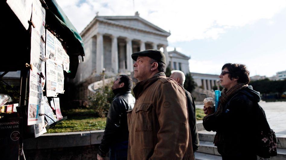 Zeitungsleser in Athen: Rating-Agentur hebt Kreditwürdigkeit